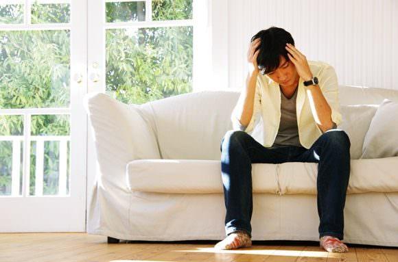 痛風の症状に悩まされている男性