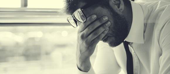 強いストレスを感じている男性の画像