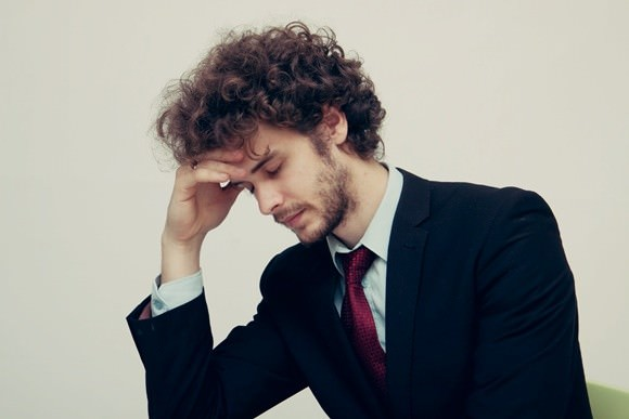 痛風の再発に怯える男性の画像