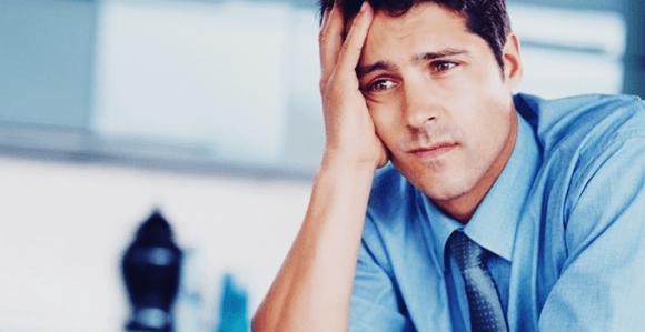 痛風に頭を悩ませる男性